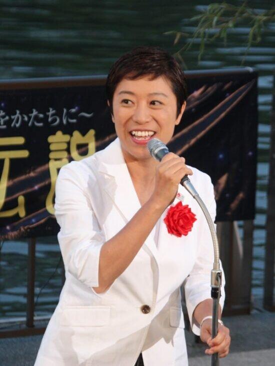 Tsujimoto Kiyomi at an event in Osaka. Source: Kaden Watch https://kaden.watch.impress.co.jp/docs/news/379267.html#guest02_s.jpg