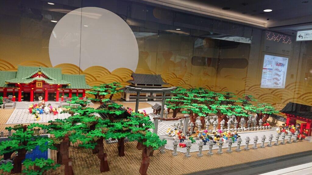 A LEGO diorama representing the fukuotoko race at Hankyu Umeda Station.