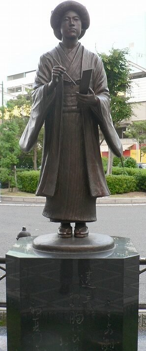 Statue of Yosano Akiko. Source: Wikipedia https://commons.wikimedia.org/wiki/File:Yosano_Akiko(bronze_statue).jpg